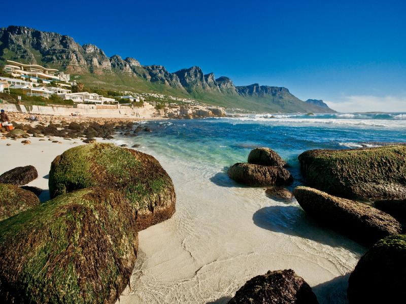 Die idyllische Camps Bay, nördlich von Kapstadt wird von einem markanten Küstengebirge, die 12 Apostel überragt.