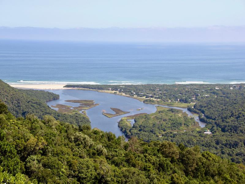 Der Tsitsikamma Nationalpark an der Küste zwischen Western und Eastern Cape bezaubert durch seine nahezu tropische Vegetation.