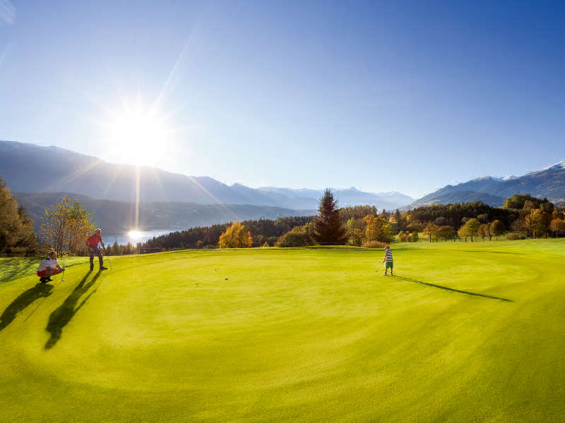 Makes you want to play golf between mountains and lakes: the golf course high above Lake Millstätter See! ©Steinthaler/Kärnten Werbung