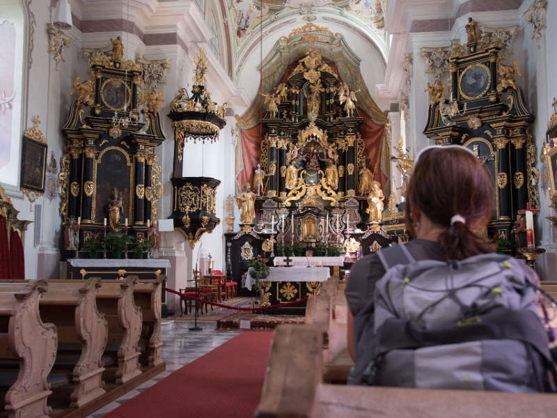 The start of a unique Pilgrimage on the Hoch und Heilig Mountain Pilgrims' Trail: Prayer in the Pilgrimage Church St. Ulrich zu Maria Lavant ©Bildungshaus Osttirol/TVB Osttirol