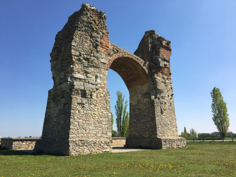 First steps to an unforgettable hiking journey: The Roman Heidentor in Carnuntum is the impressive starting point of the Bernstein Trail.	© Römerstadt Carnuntum
