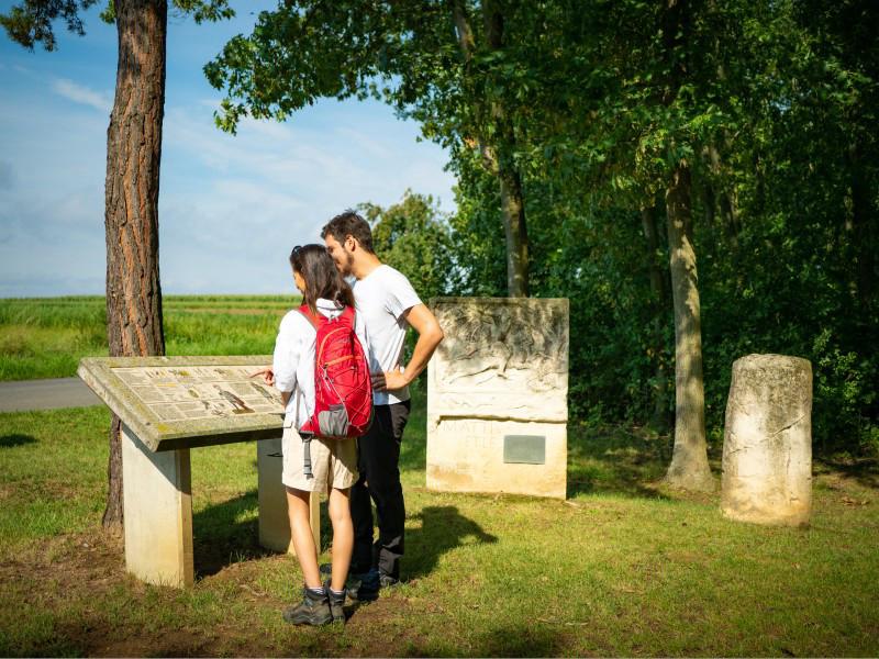 First steps to an unforgettable hiking journey: The Roman Heidentor in Carnuntum is the impressive starting point of the Bernstein Trail.© Römerstadt Carnuntum