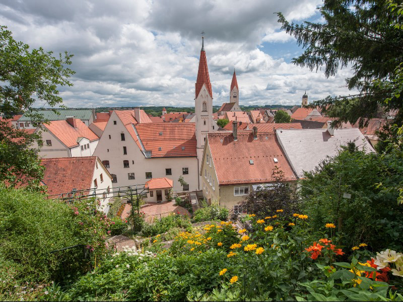 The change between gentle cultural landscape and harmonious villages and towns determines the charm of the Wiesengänger Route: View of the old town of Kaufbeuren (stage 2) © Allgäu GmbH